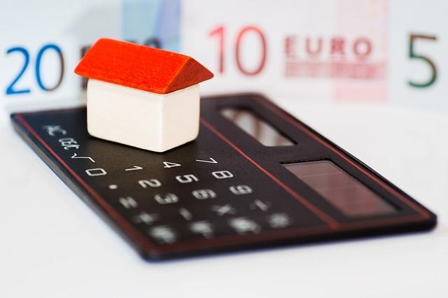 kalkulačka, eura, malý domeček
