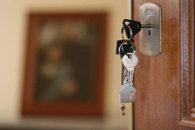 klíče v zámku, dveře