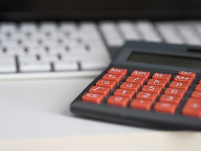 kalkulačka před klávesnici