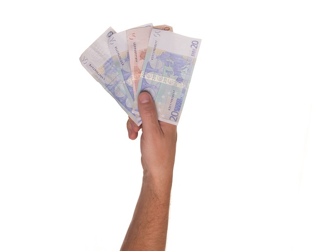 ruka s penězi