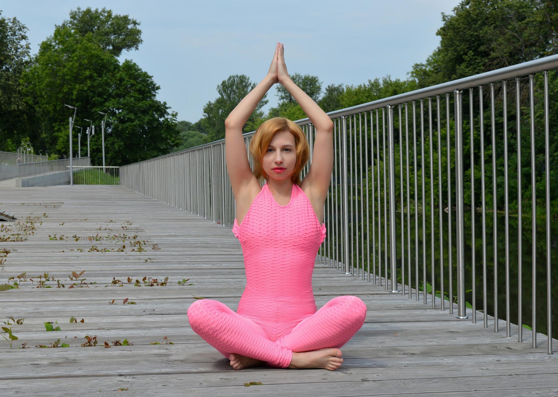 žena cvičící jógu